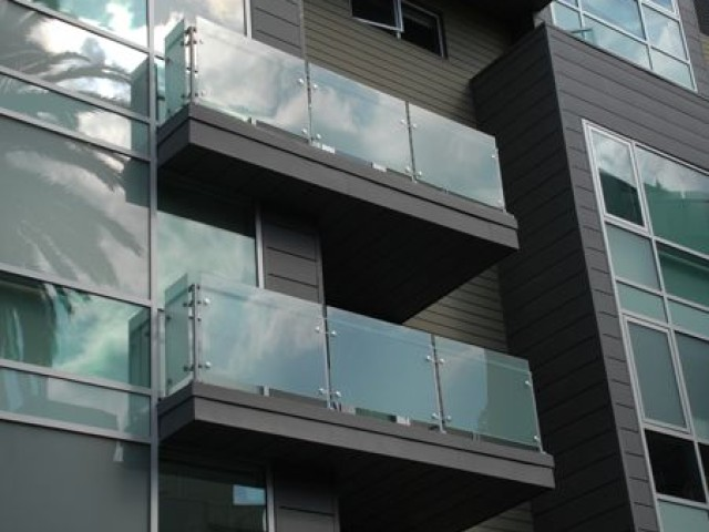 BALCONY FENCING AND HANDRAILS FROM GLASS